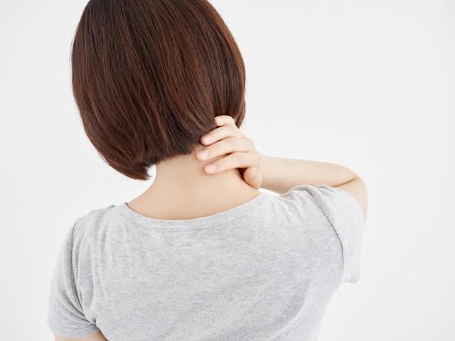 肩こりは、肩が重い・だるいだけでなく、頭痛や首の痛み、腕のしびれなどにもつながる辛い症状です。