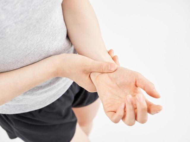 手首の痛みはほっておくと重症化したり、慢性化して治りが遅くなってしまうことがあるので注意が必要です。